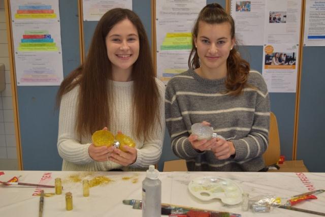 Elisa Barbieri und Jelena Radic am Herstellen von Christbaumkugeln