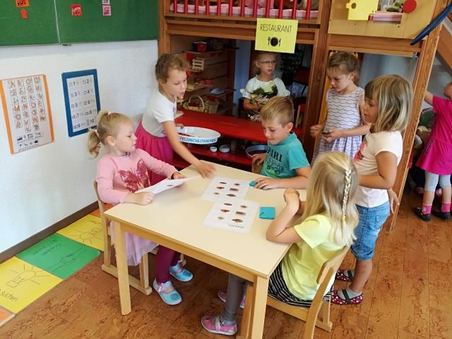 Die Kinder am Spielen im Zoorestaurant.