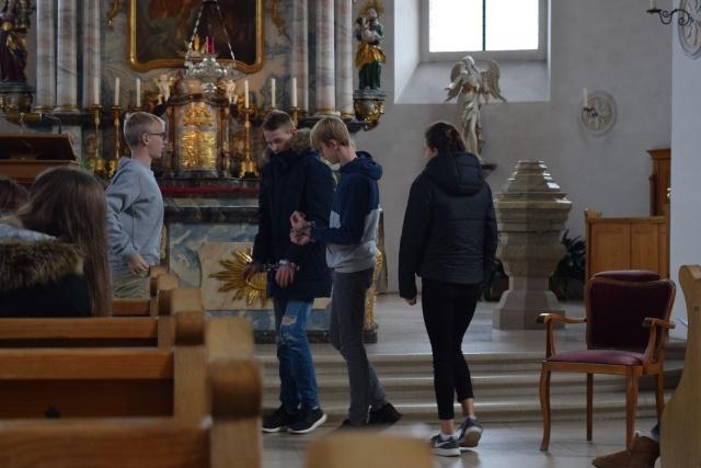 Marvin Gut, Nils Bieri, Nils Schnyder und Anna Urich üben eine Szene