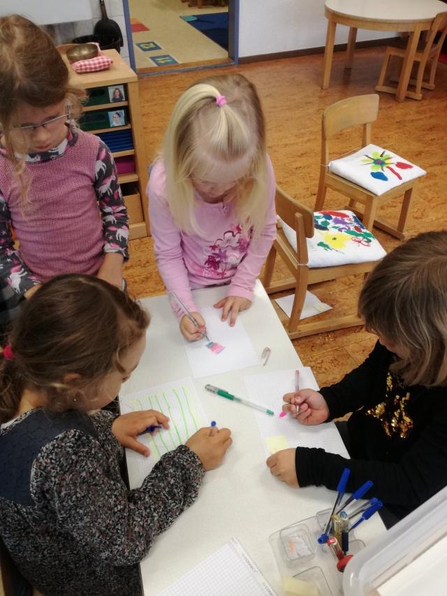 Die Kinder am Spielen im Zoobüro.