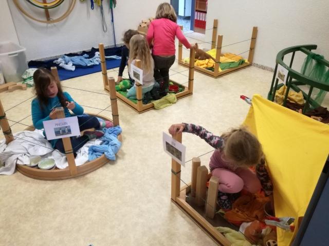 Spielen in den Tiergehegen unseres Kindergartenzoos
