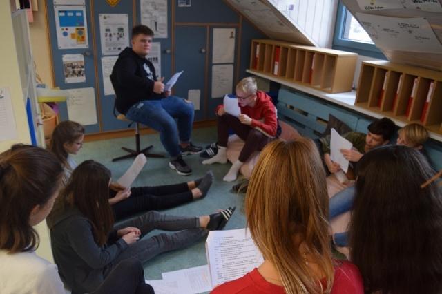 Die Gruppe Schauspiel am Üben von den Texten