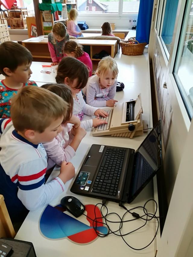 Die Kinder machen Entdeckungen auf der Schreibmaschine und am Computer im Zoobüro.